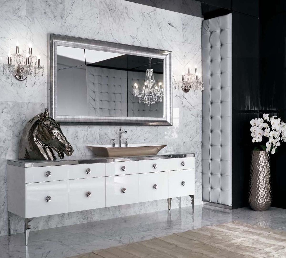 Люстра и бра в стиле арт-деко в ванной