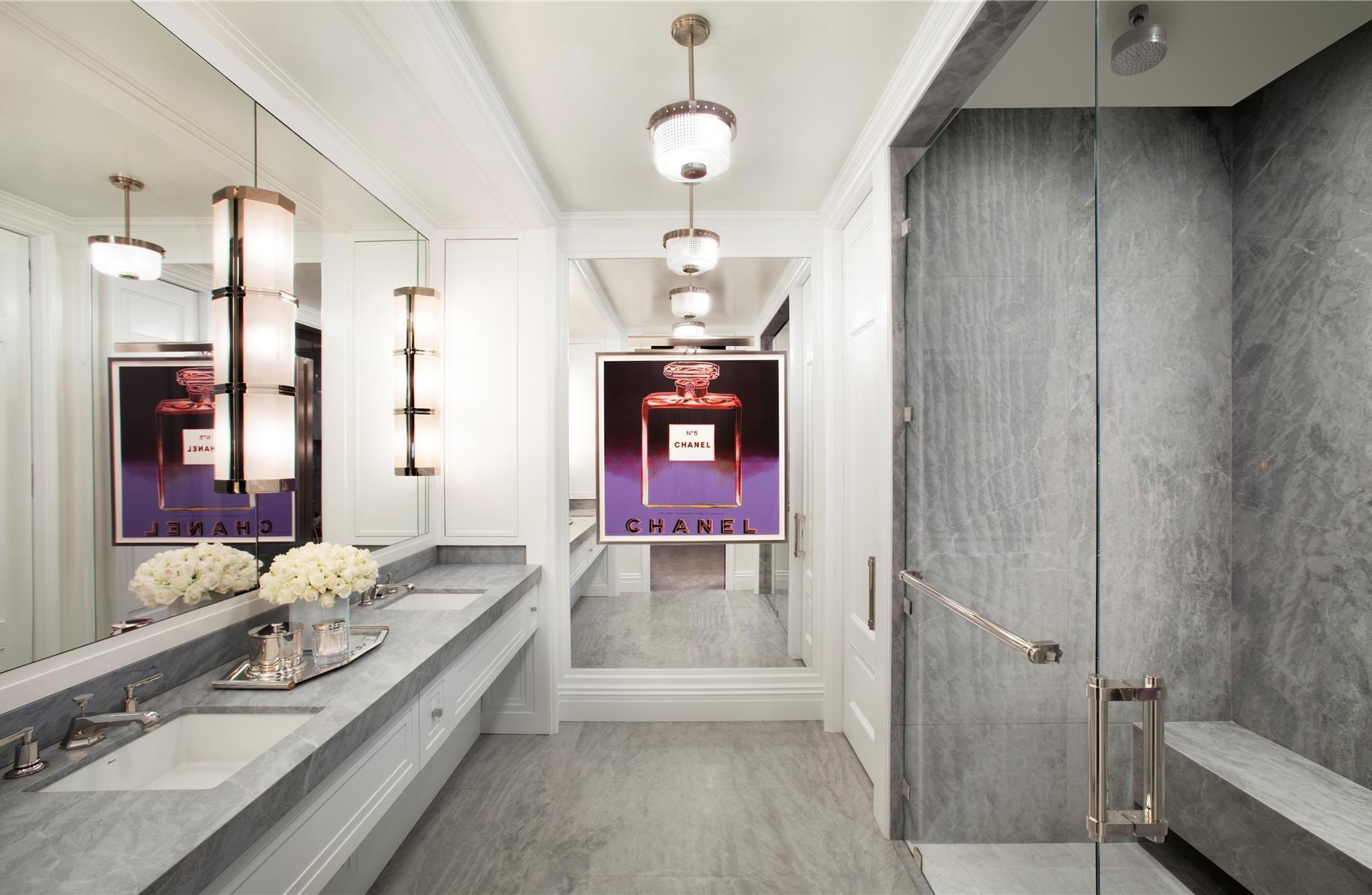 Люстры в стиле арт-деко в интерьере ванной комнаты