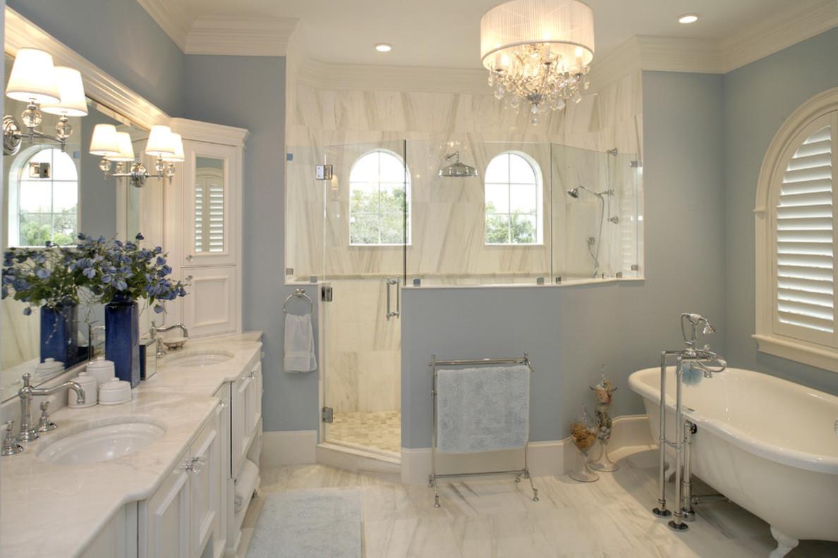 Красивая люстра и бра в стиле прованс в ванной