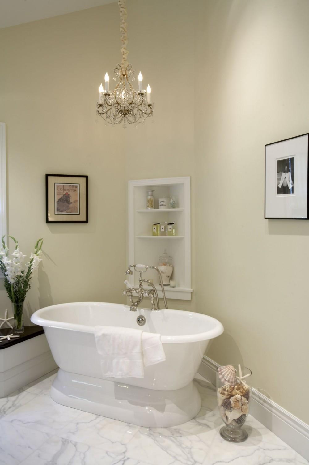 Люстра в уютной классической ванной