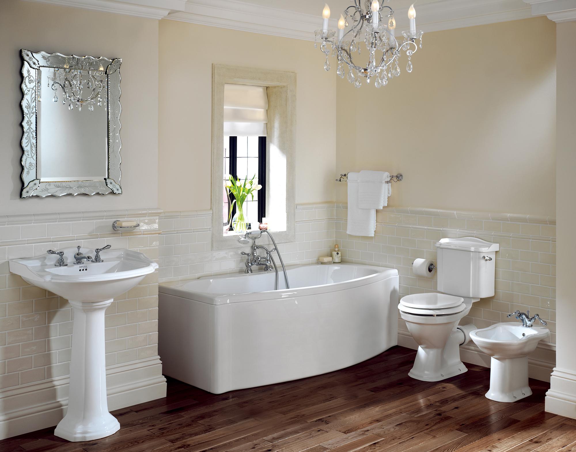 Серебристая люстра в стиле неоклассика в ванной