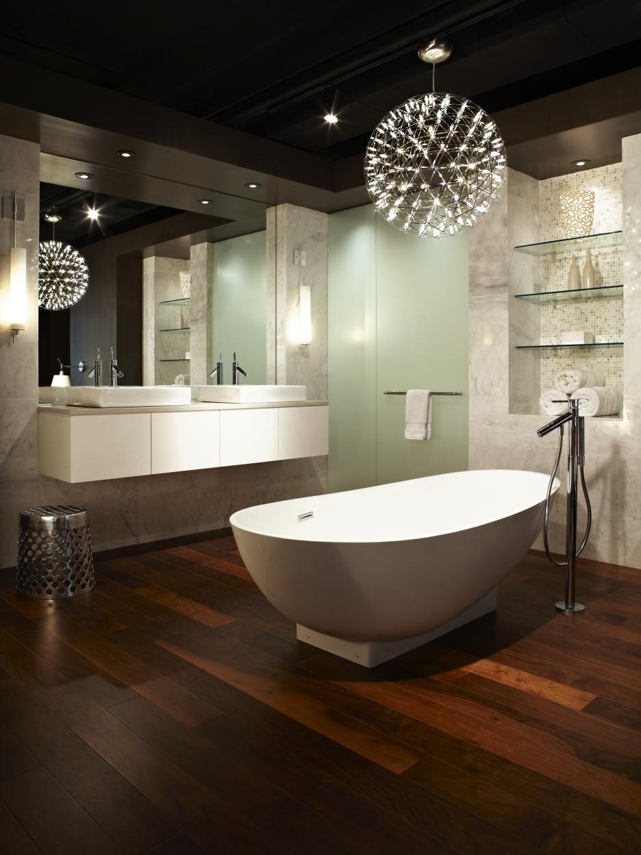 Круглая современная люстра в ванной