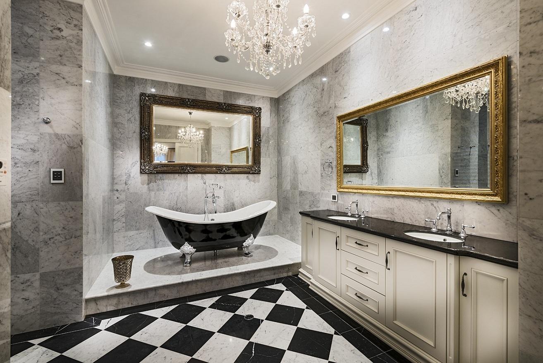 Нарядная люстра в ванной