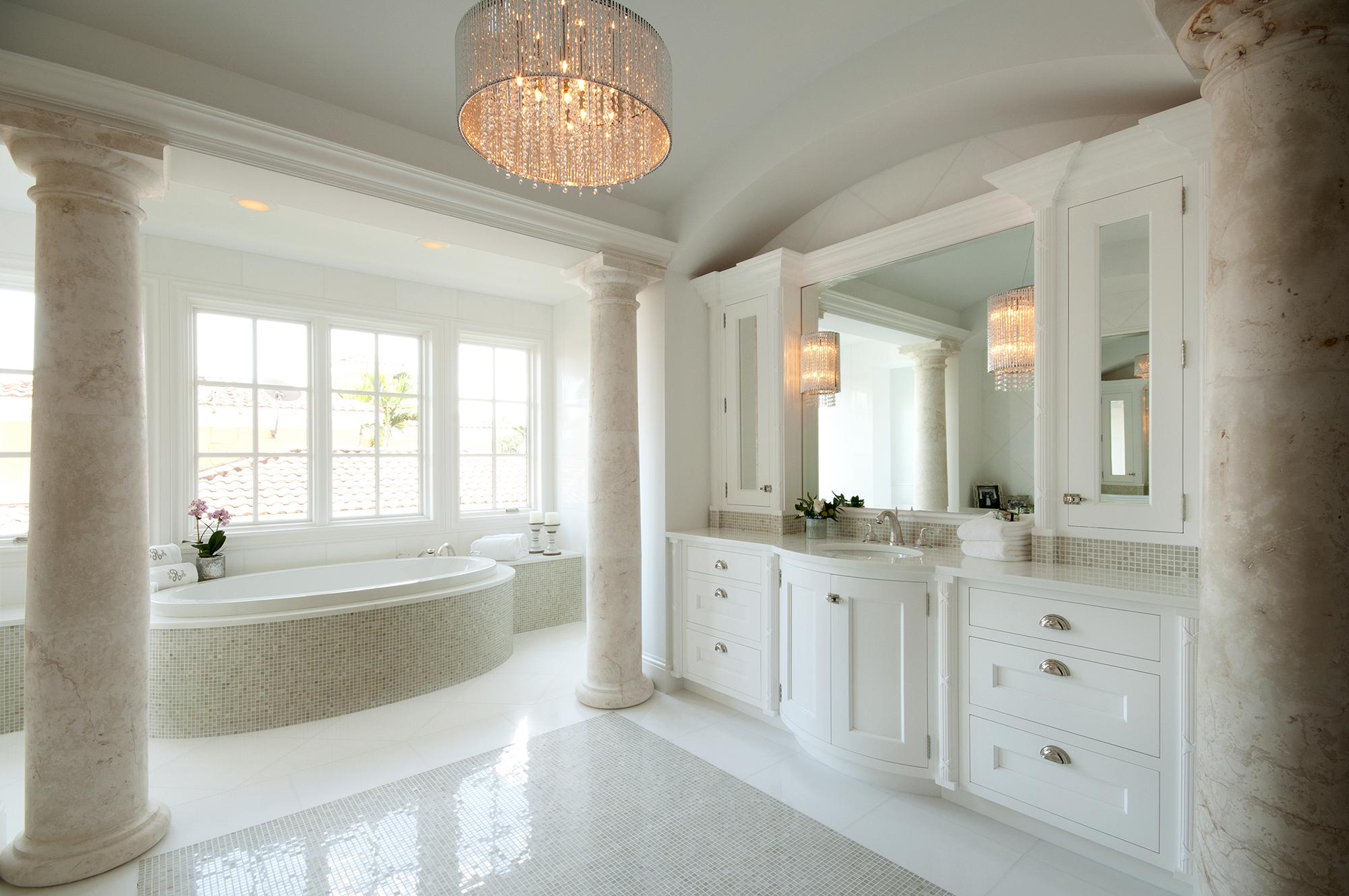 Круглая люстра в светлой ванной комнате