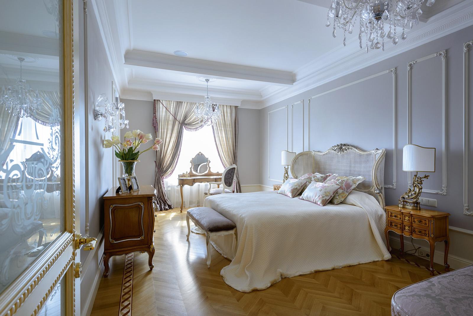 Хрустальная люстра в классическую спальню