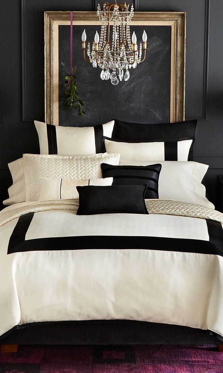 Люстра в черно-белой спальне