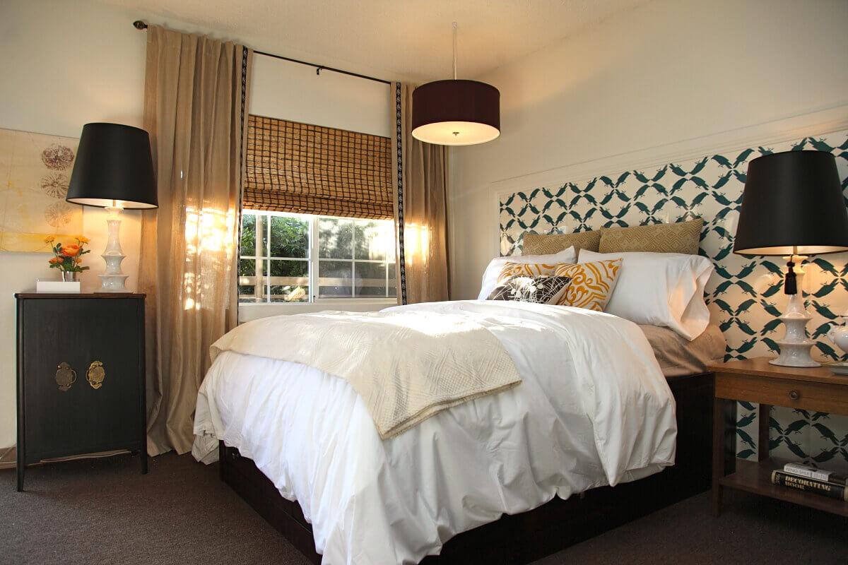 Черная люстра и светильники в интерьере спальни