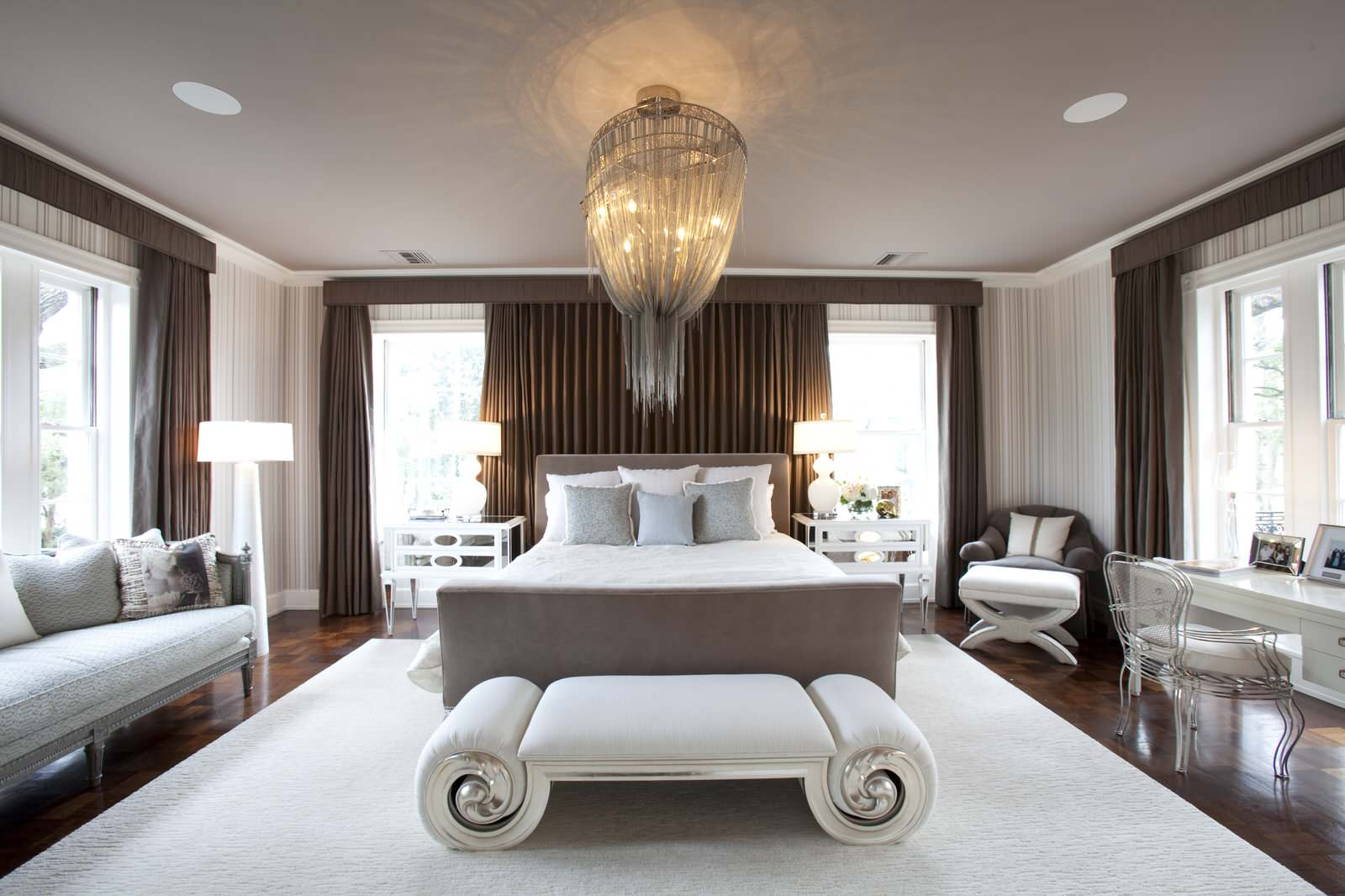 Красивая люстра в неоклассической спальне