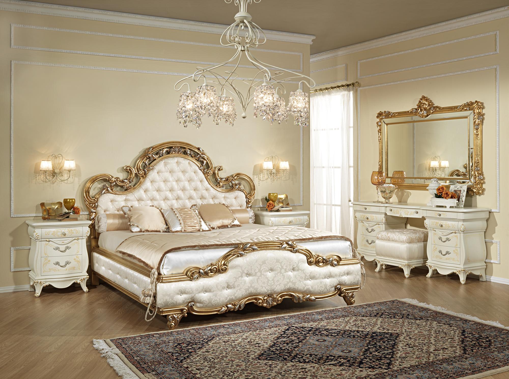 Большая люстра в классическом интерьере спальни