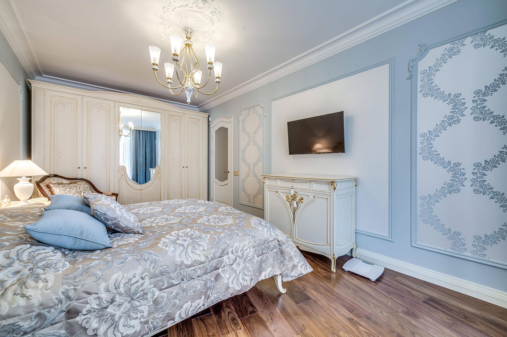 Люстра в голубую классическую спальню