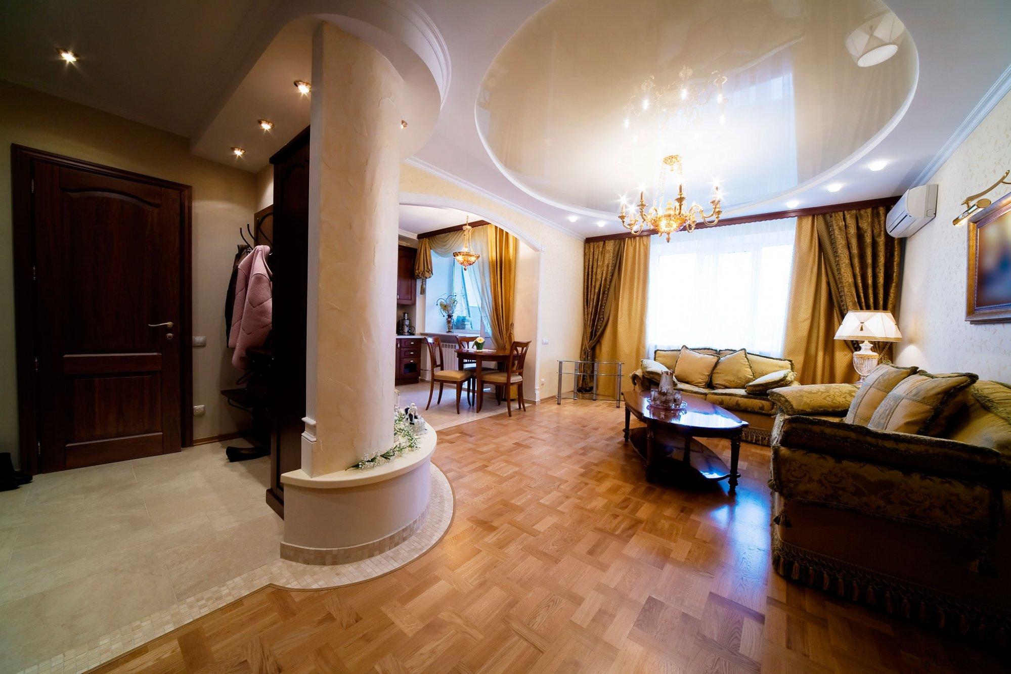 Большая классическая люстра с натяжным потолком в гостиной