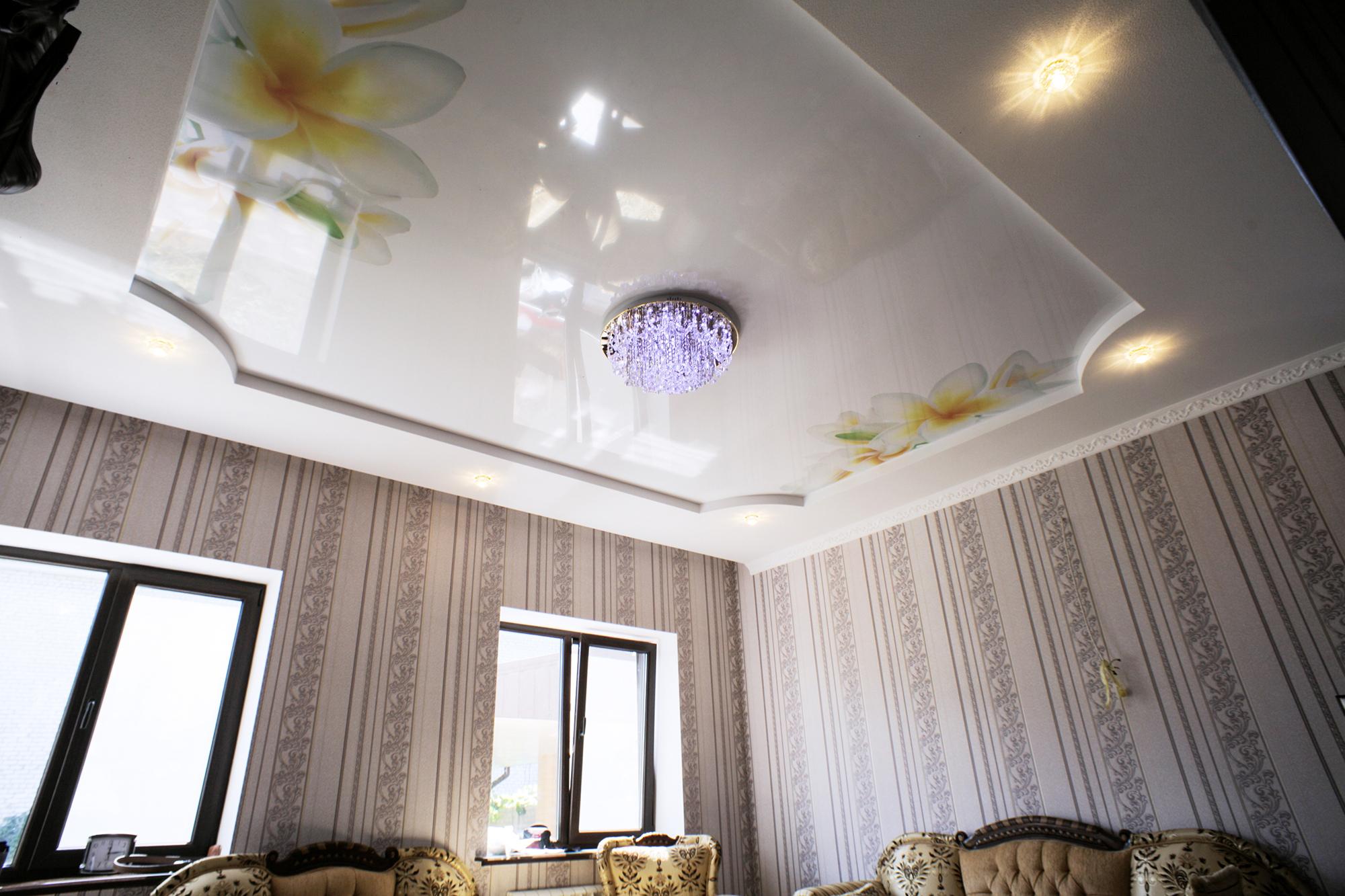 Фиолетовая люстра в гостиной с натяжным потолком