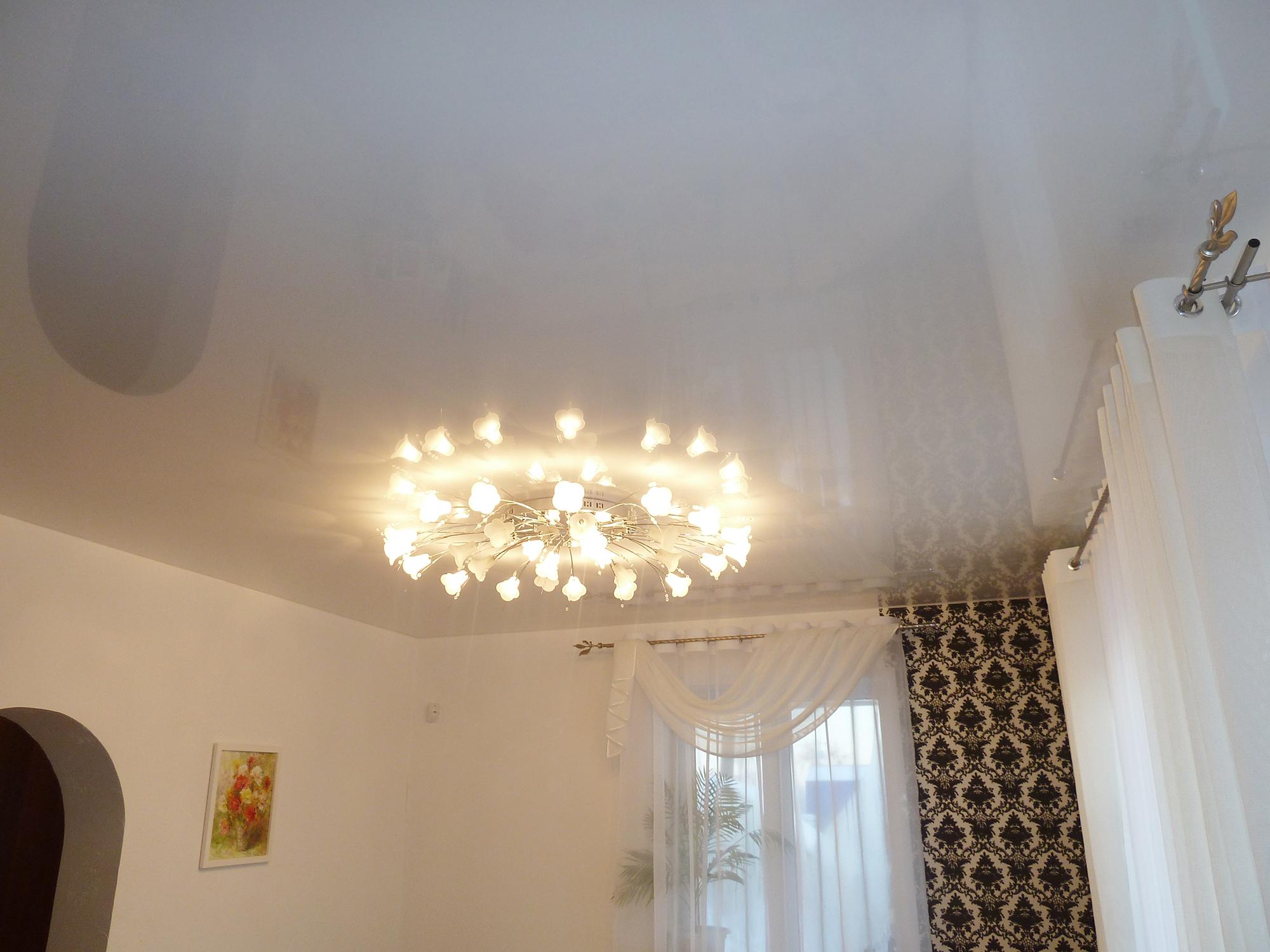 Небольшая люстра с белым натяжным потолком в гостиной