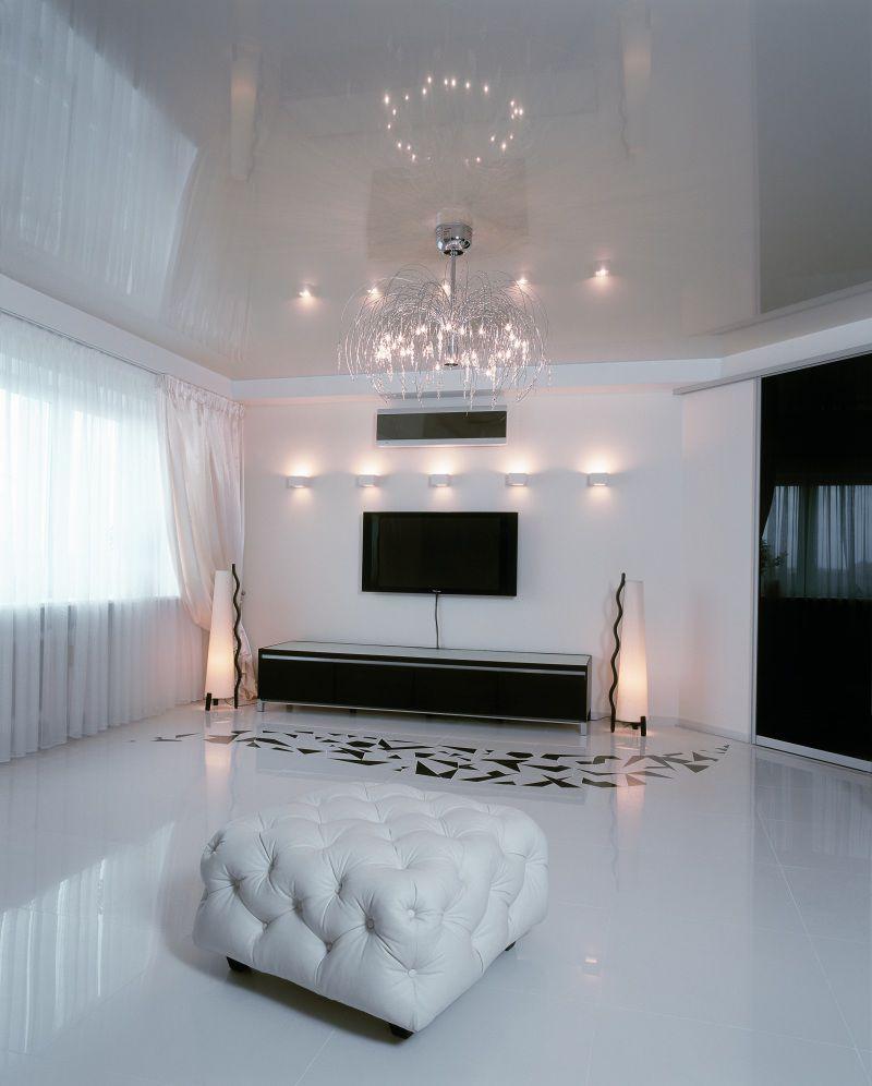 Металлическая современная люстра с белым натяжным потолком