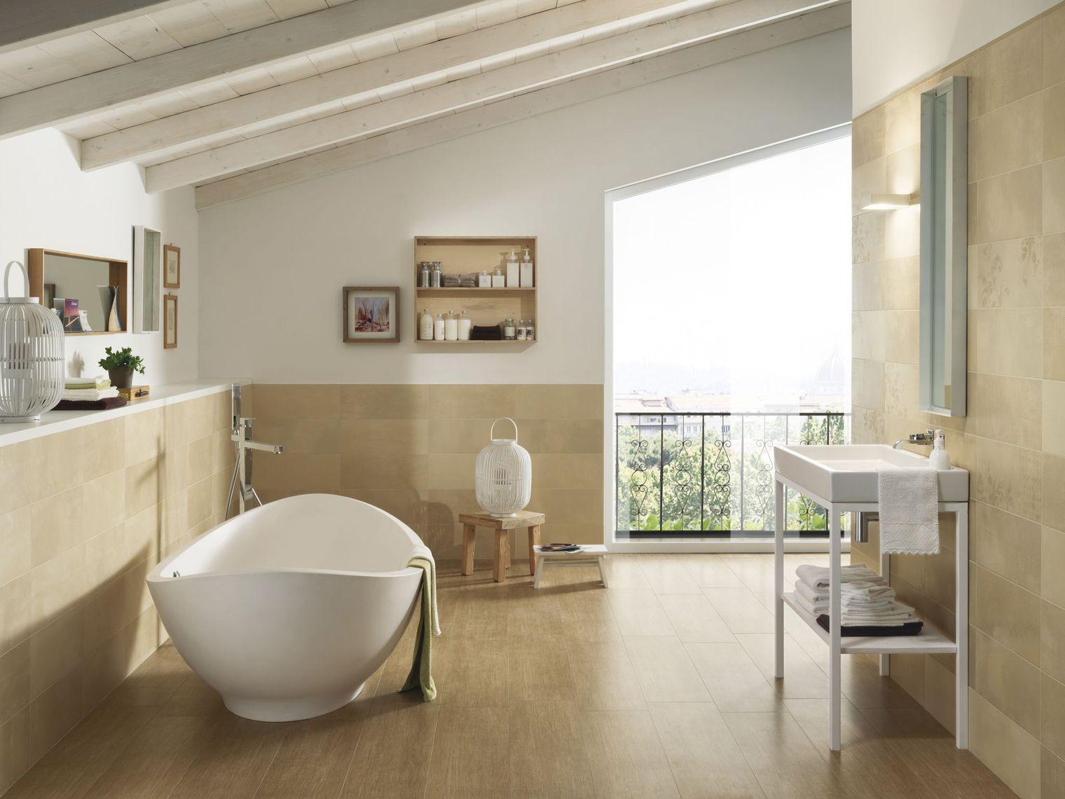 Бежевая ванная комната на мансарде