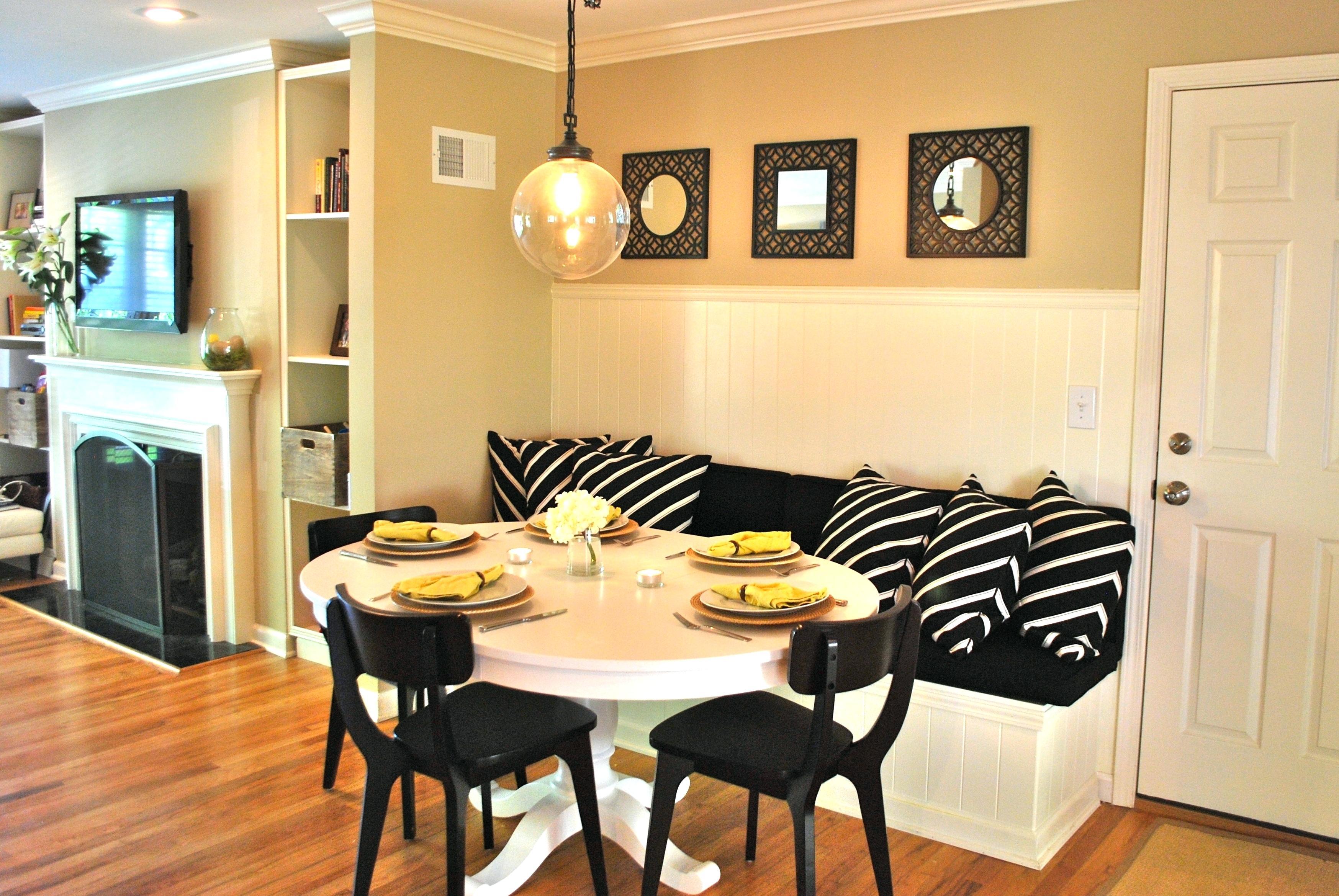 Кухня с диваном монохромным