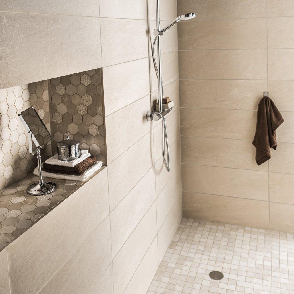 Бежевая ванная комната с нишей