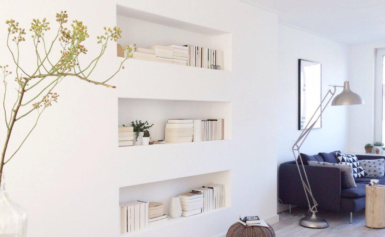Ниши для книг в светлой гостиной