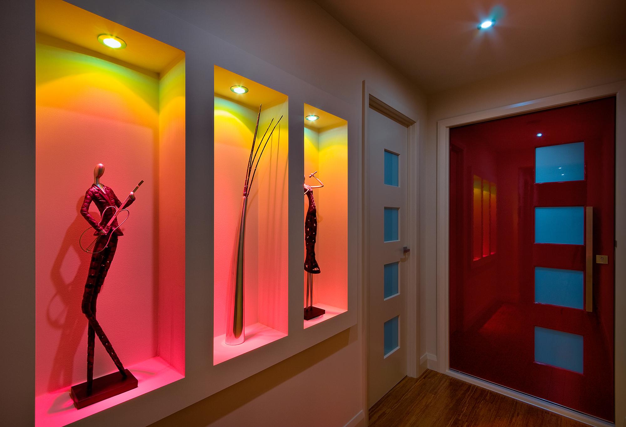 Ниши из гипсокартона с красивой подсветкой в коридоре