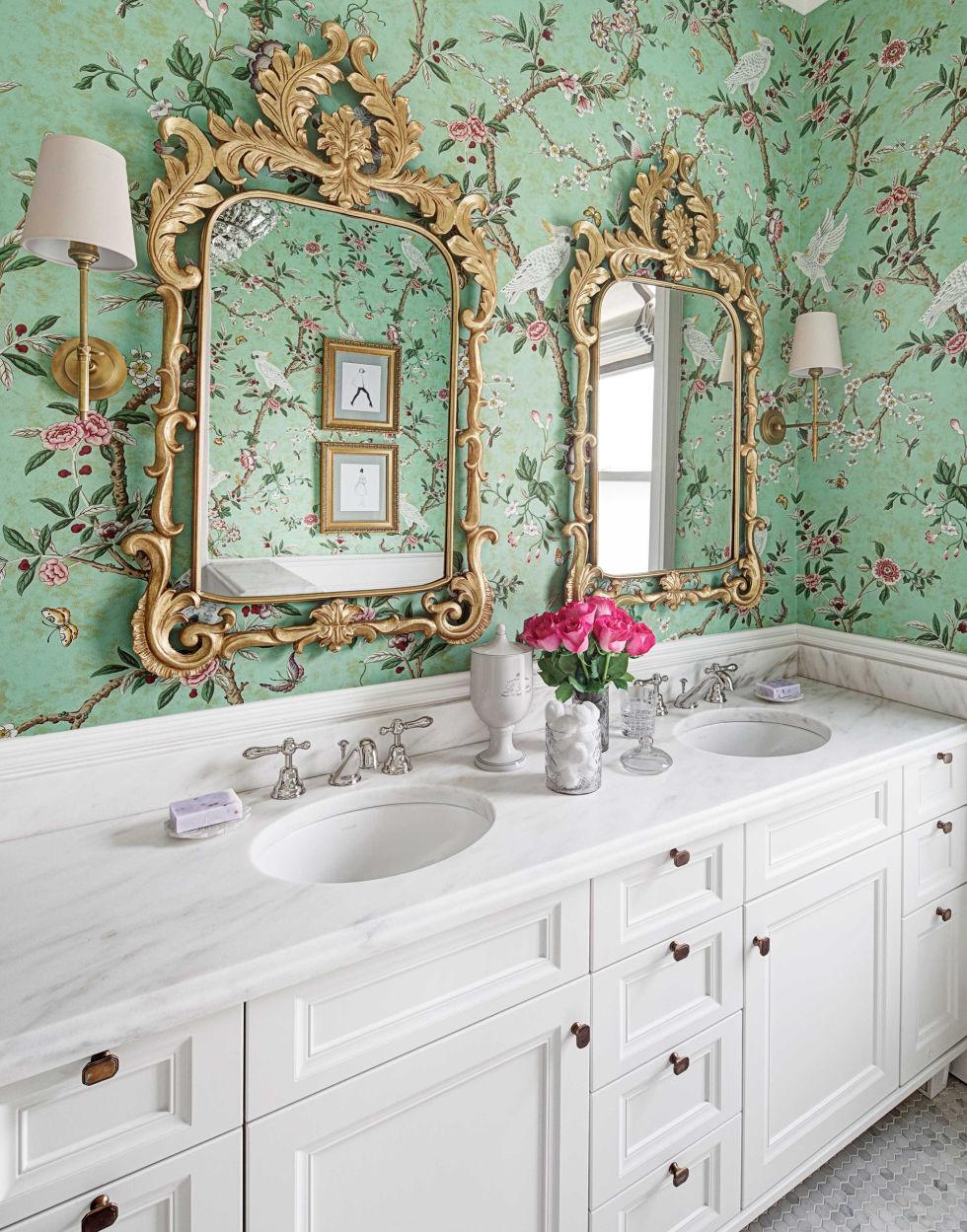 Яркие обои в интерьере ванной
