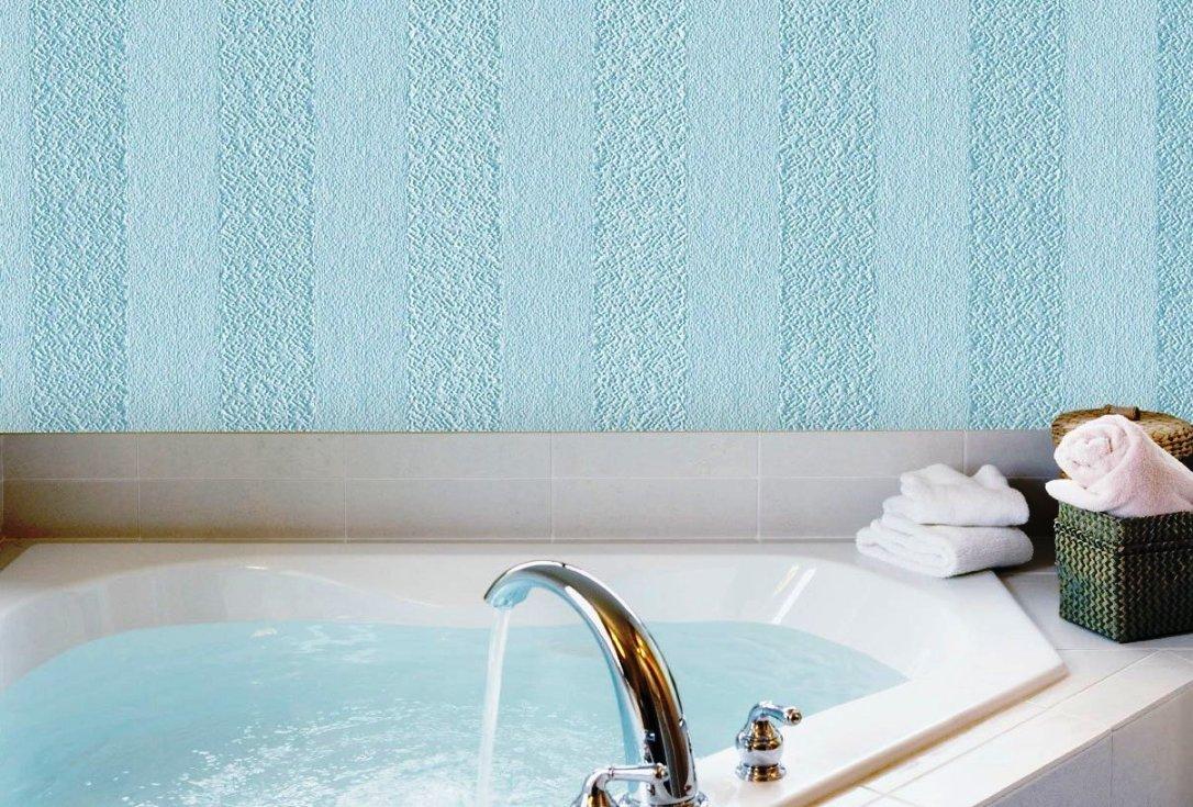 Голубые обои в полоску в интерьере ванной комнаты