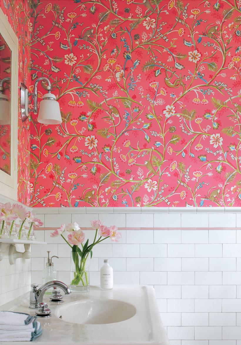Розовые обои с рисунком в ванной