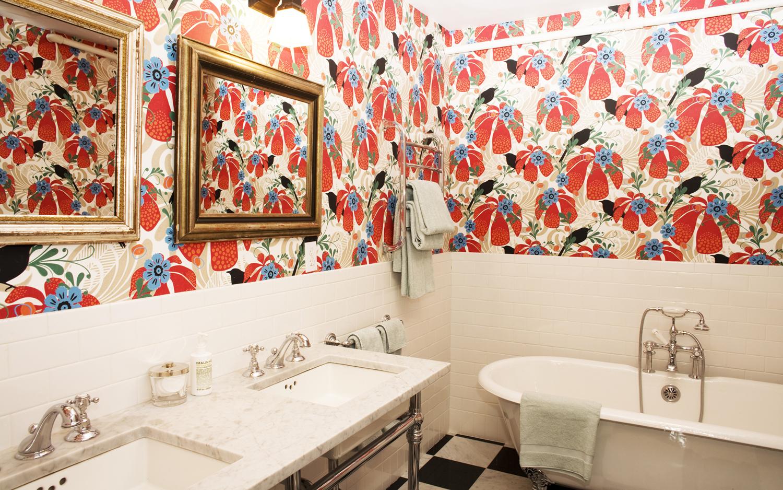Обои с яркими цветами в интерьере ванной комнаты