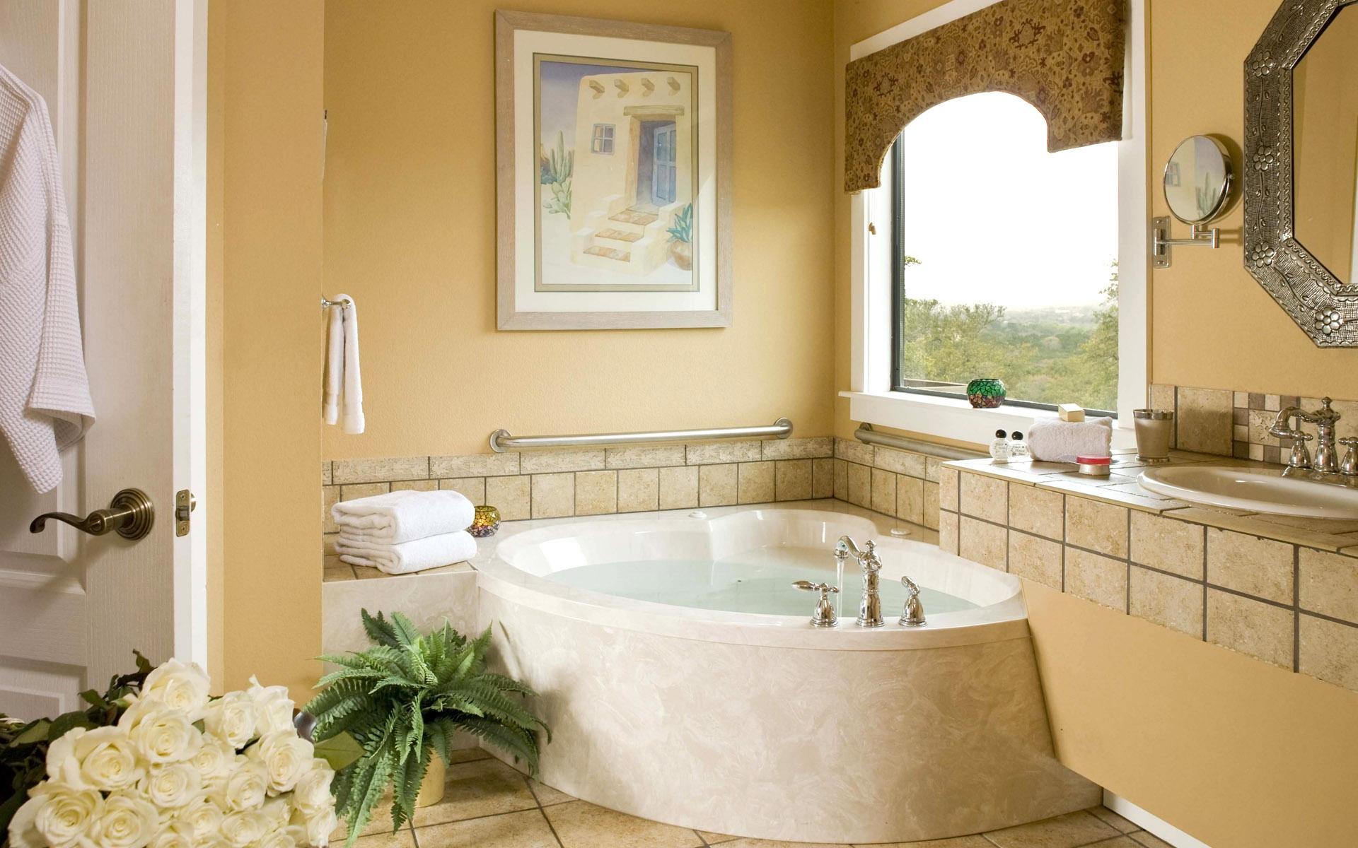 Стеклотканевые бежевые обои в ванной