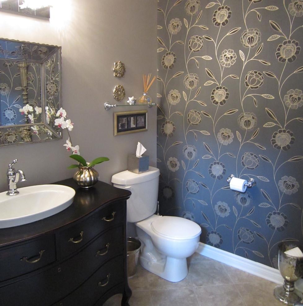Серые однотонные обои и обои с принтом в дизайне ванной