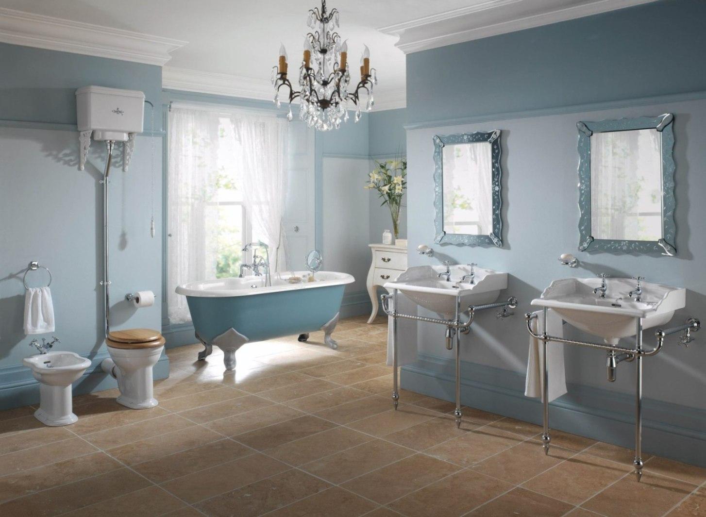 Сине-голубые обои в ванной комнате