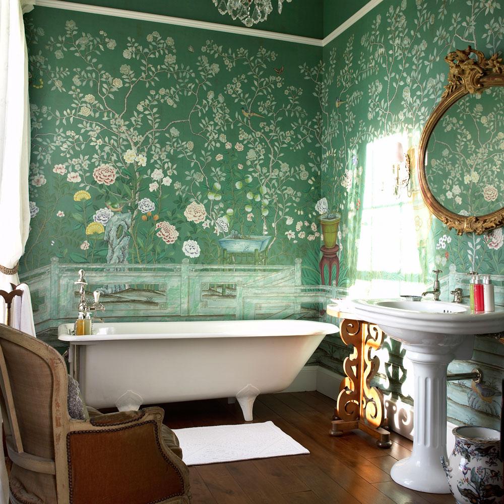Зеленые флизелиновые обои с рисунком в ванной