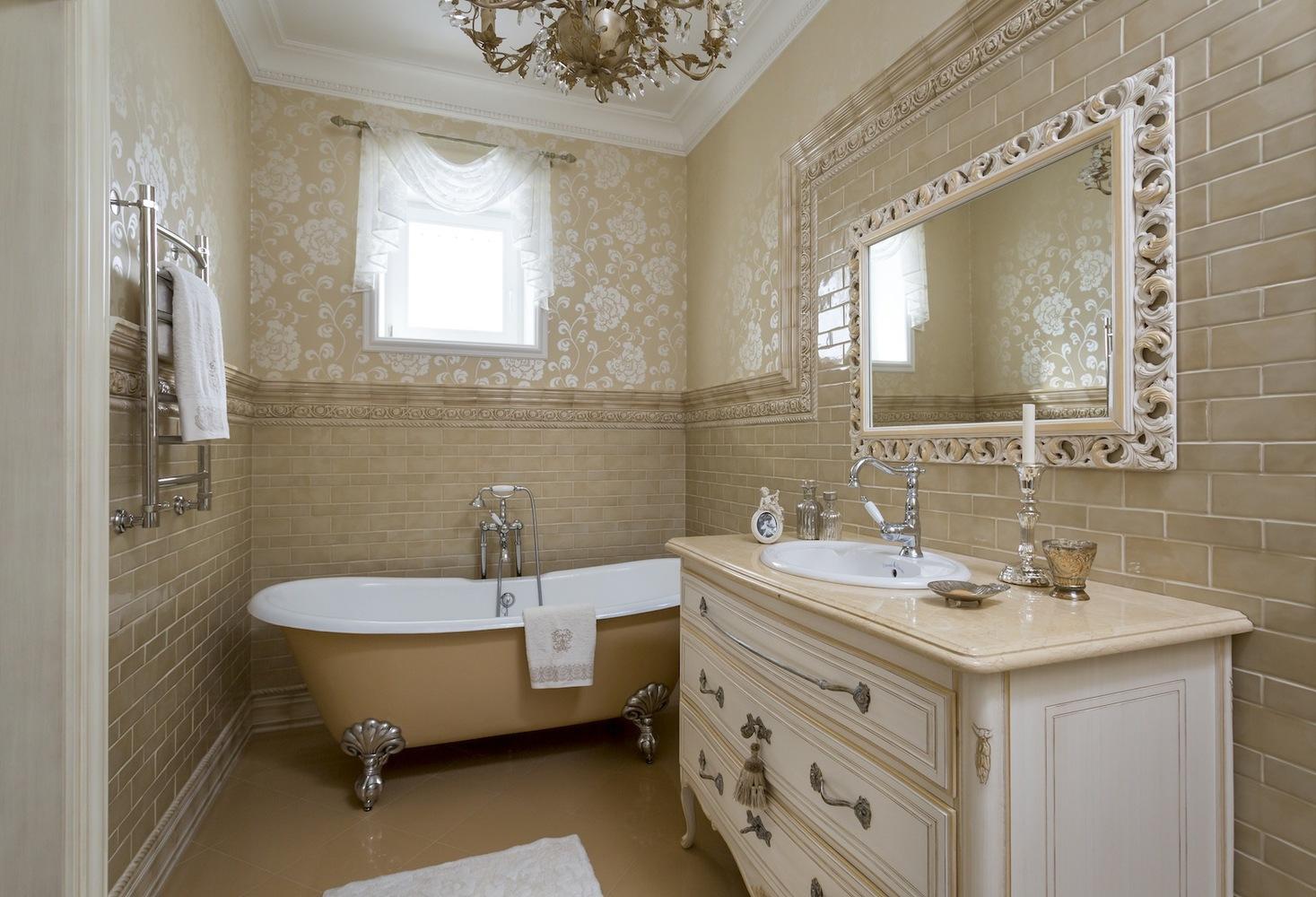 Золотистые обои в интерьере ванной