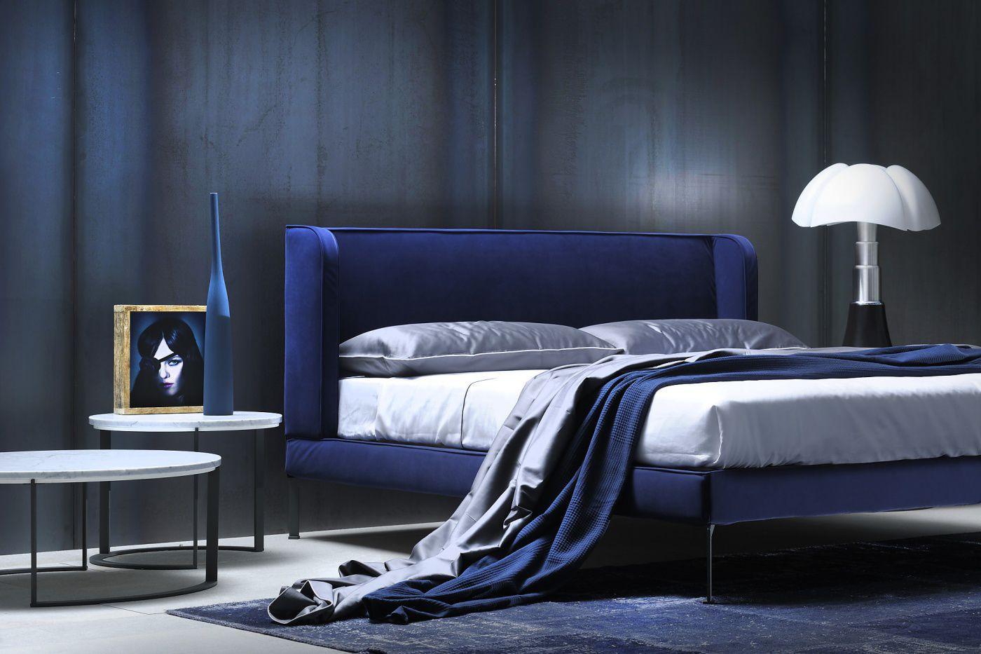 Кровать с мягким изголовьем однотонным