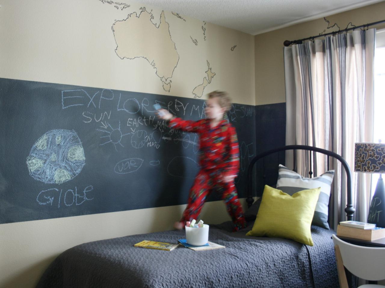 Доска для рисования на стене в детской комнате мальчика