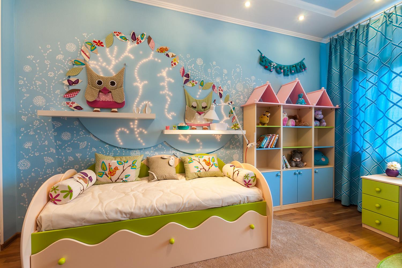 Голубые стены с оформлением в детской комнате
