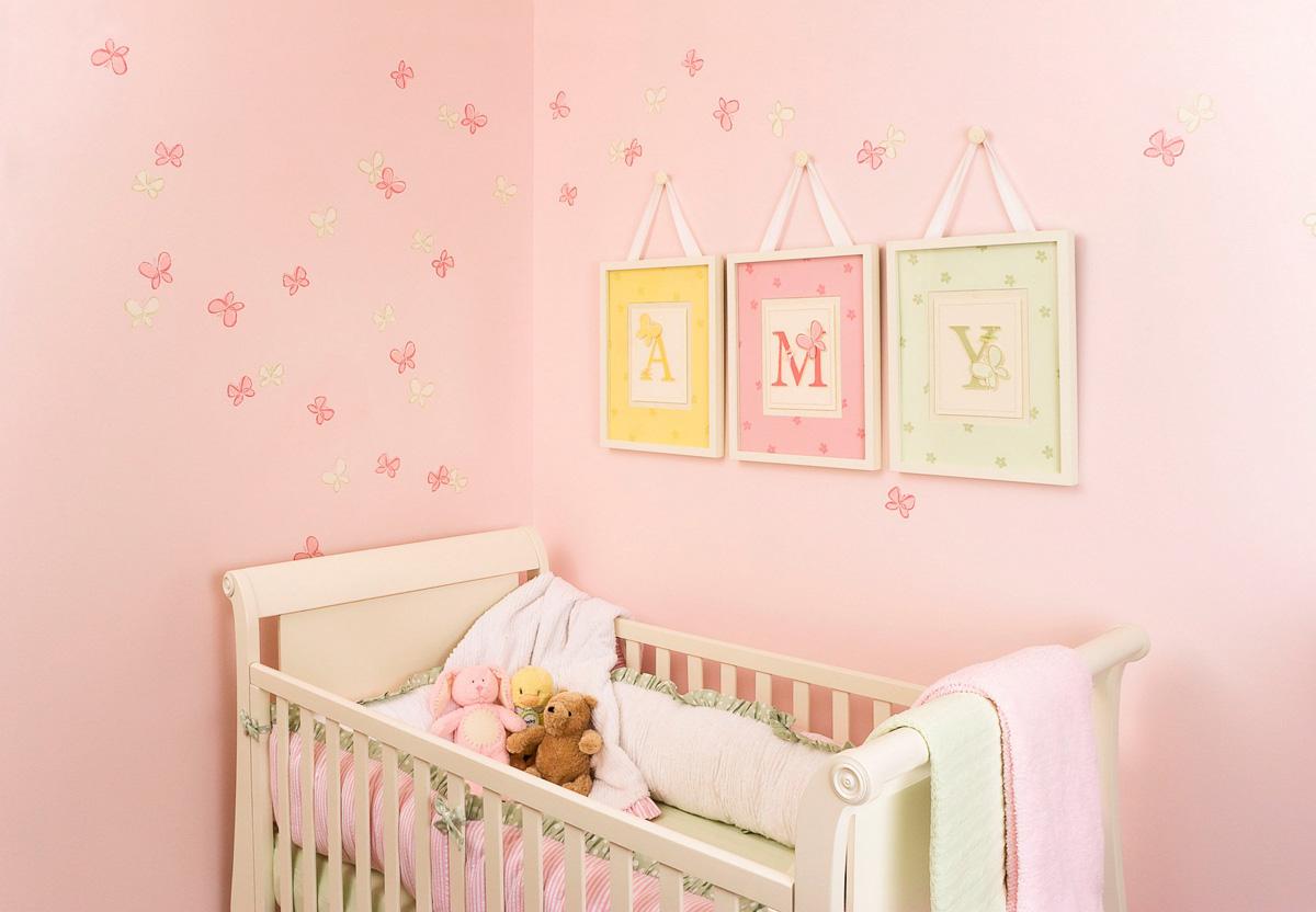 Розовые стены с бабочками в детской комнате