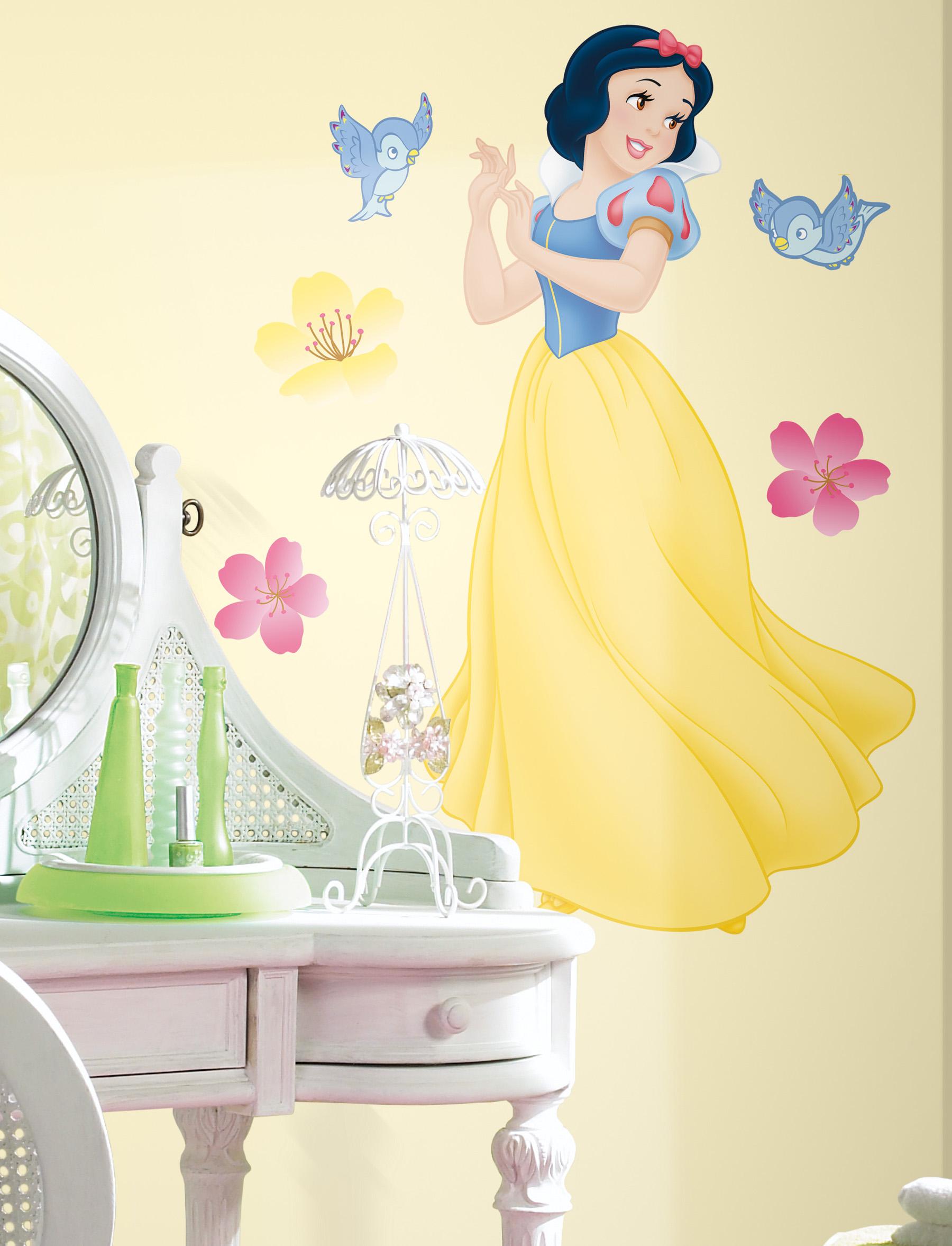 Желтые стены с изображением героя мультфильма в детской комнате
