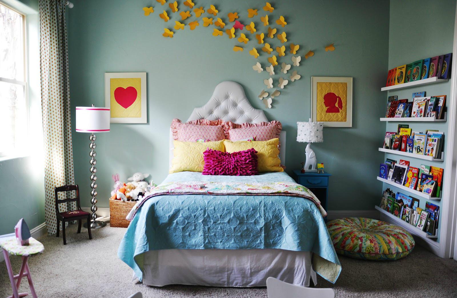Декор стены бабочками в детской комнате для девочки