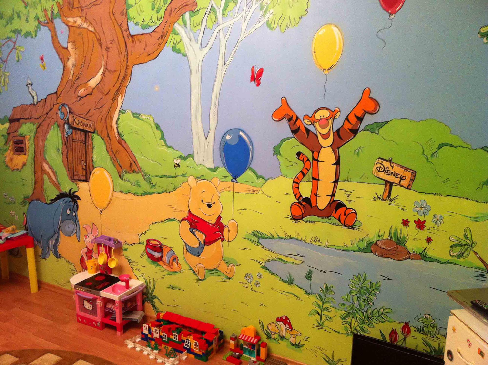 Персонажи мультфильмов на стене в детской