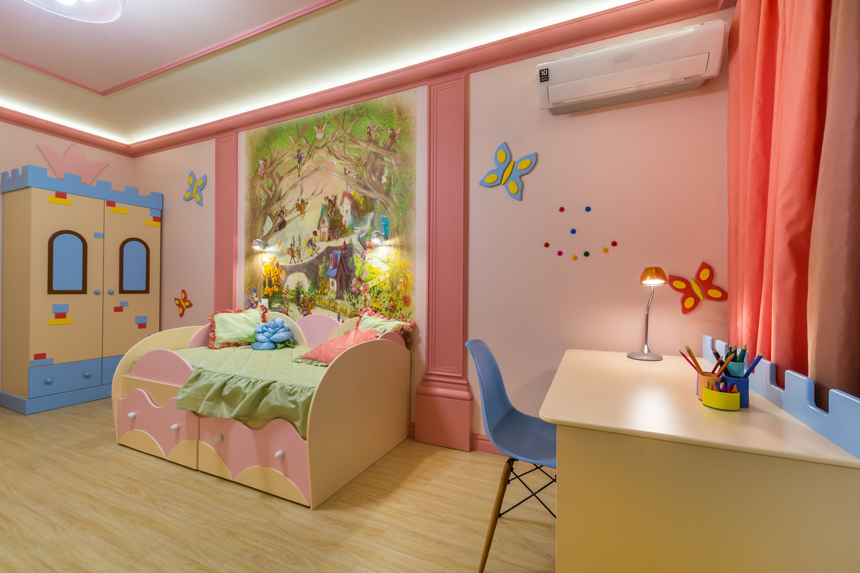 Рисунок и наклейки на стене в детской комнате девочки