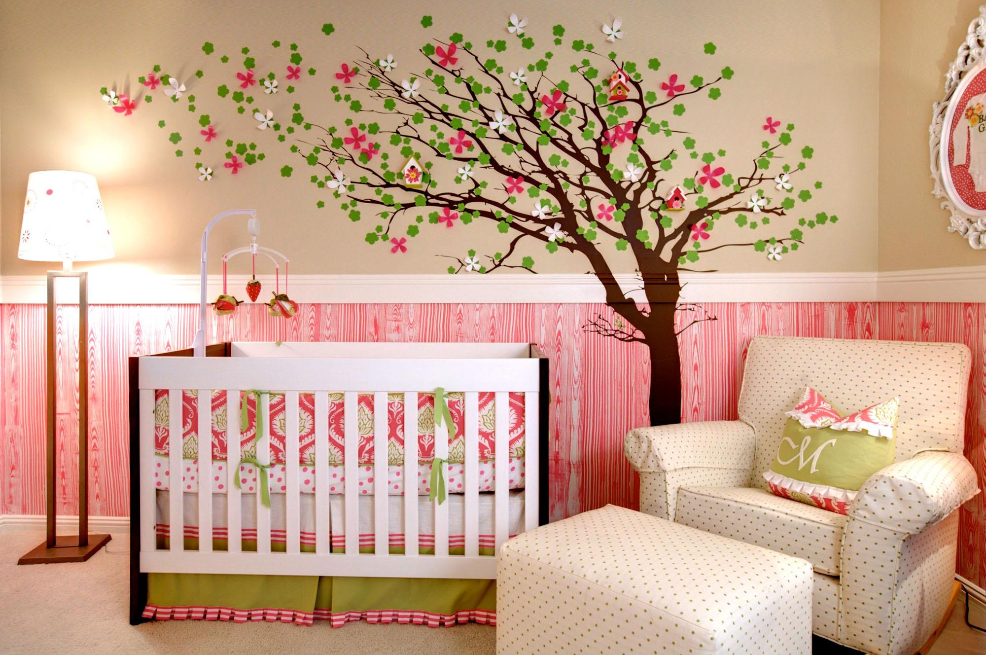 Бежево-розовые стены с рисунком в детской