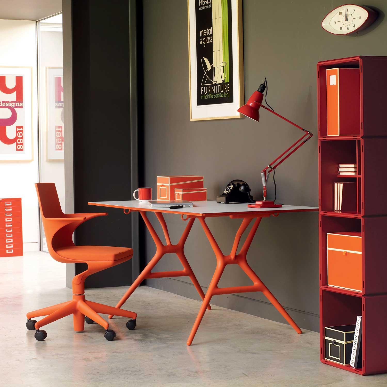 Оранжевая мебель в кабинете