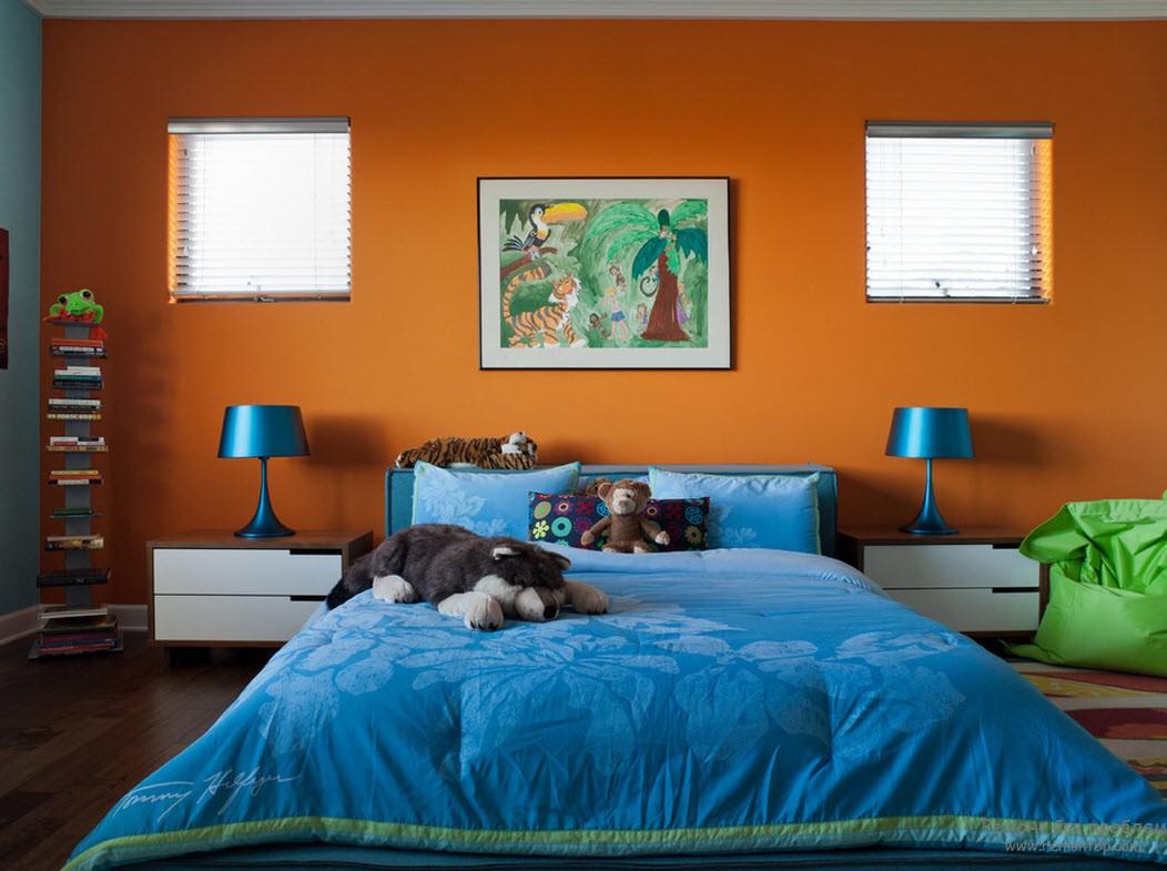 Оранжевый и синий цвета в интерьере спальни