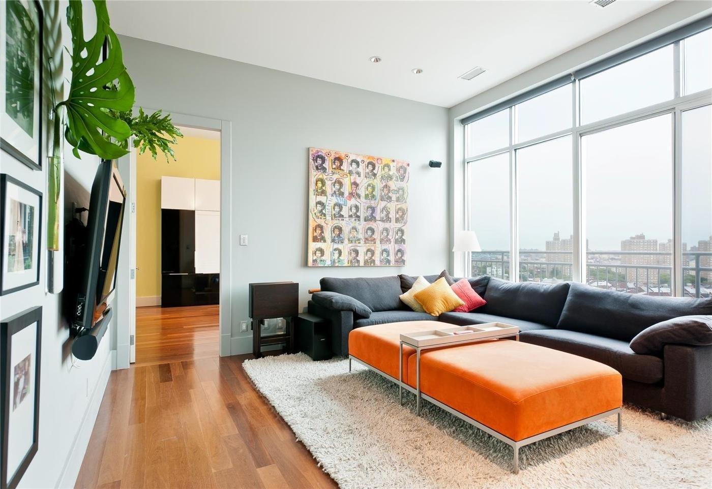 Оранжевый пуфик в гостиной