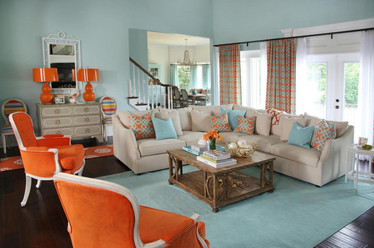 Оранжевые кресла в гостиной