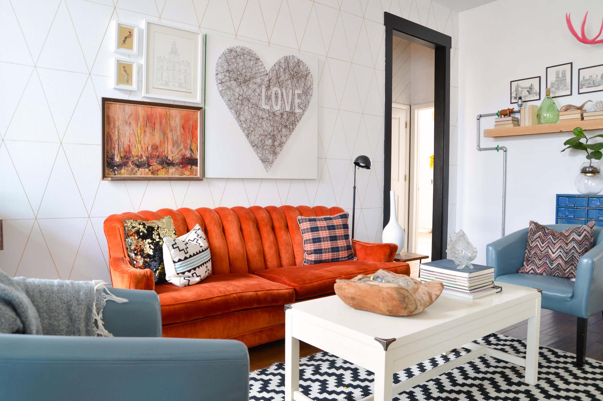 Оранжевый диван в интерьере гостиной