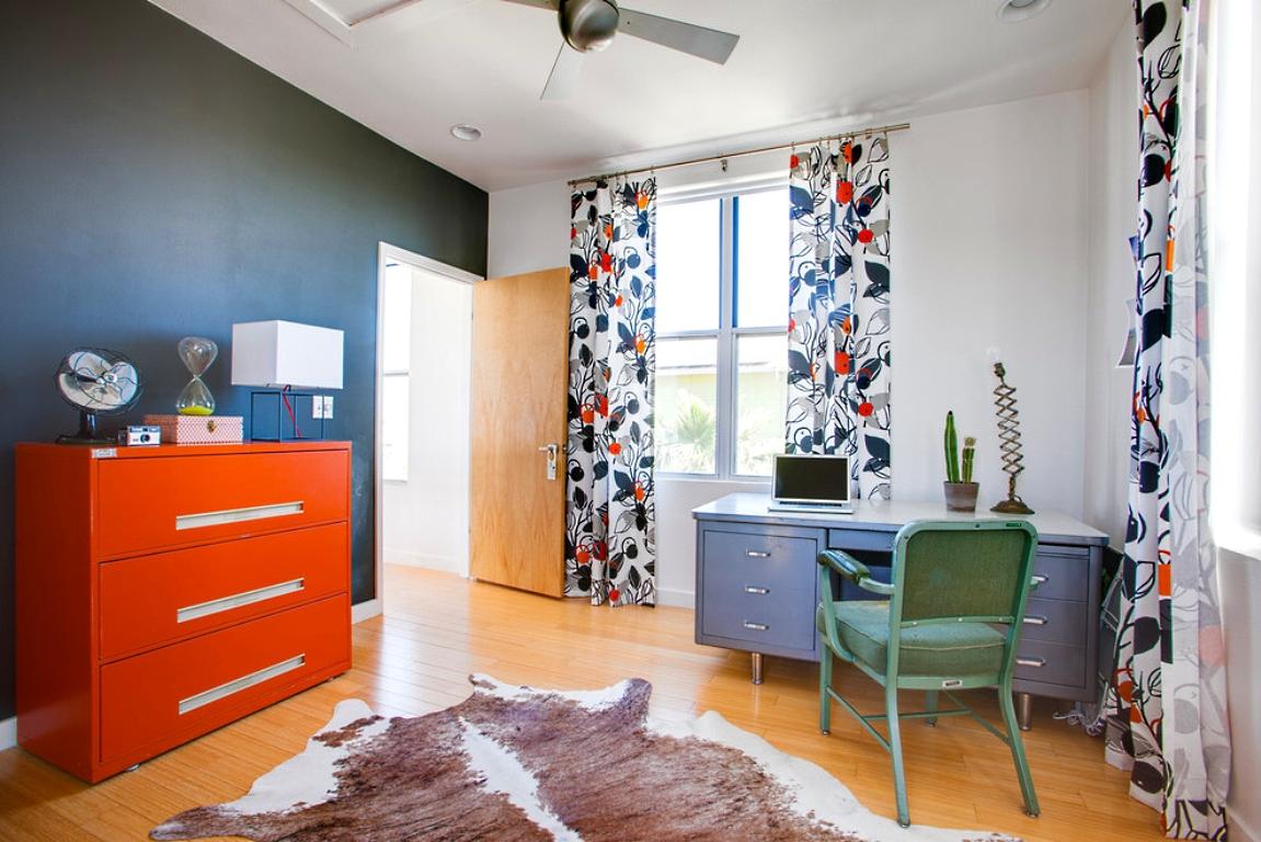 Оранжевый комод в кабинете
