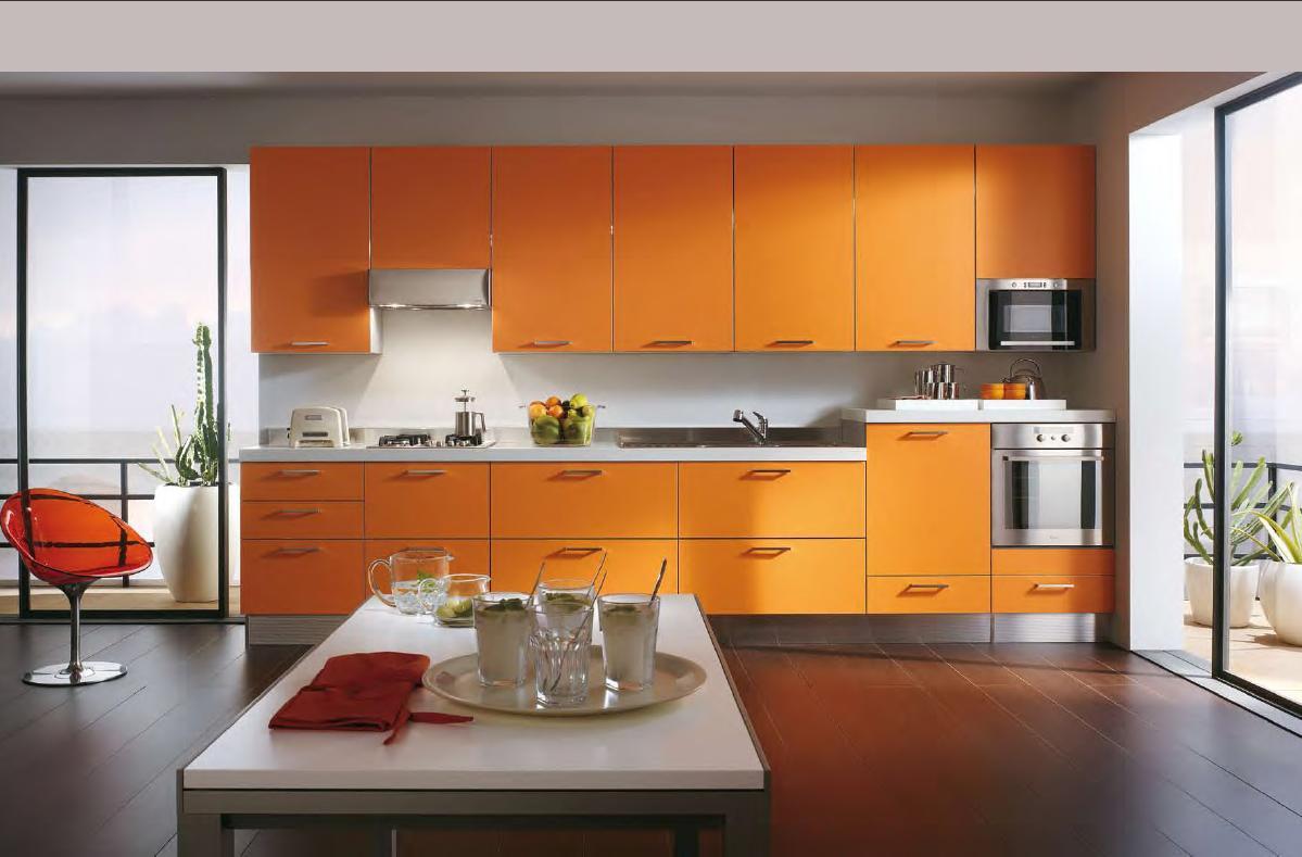 Оранжевый гарнитур в кухне