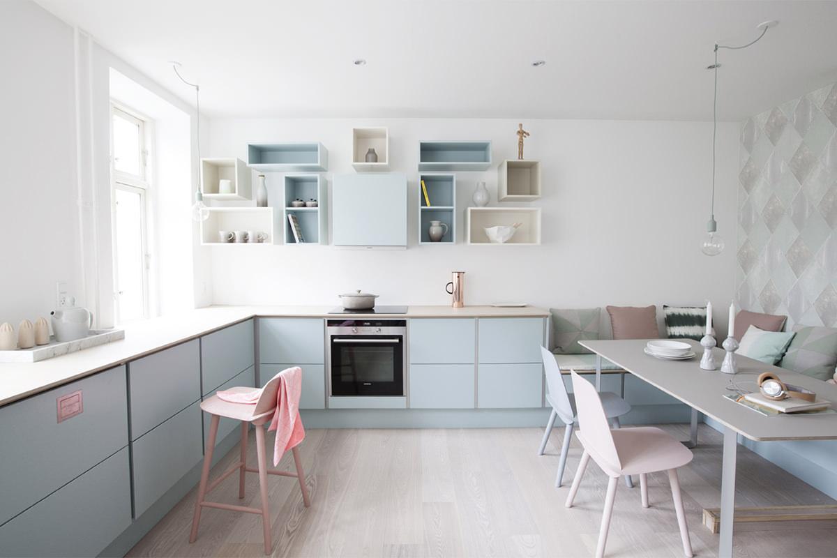 Светлая кухня-столовая в пастельных тонах