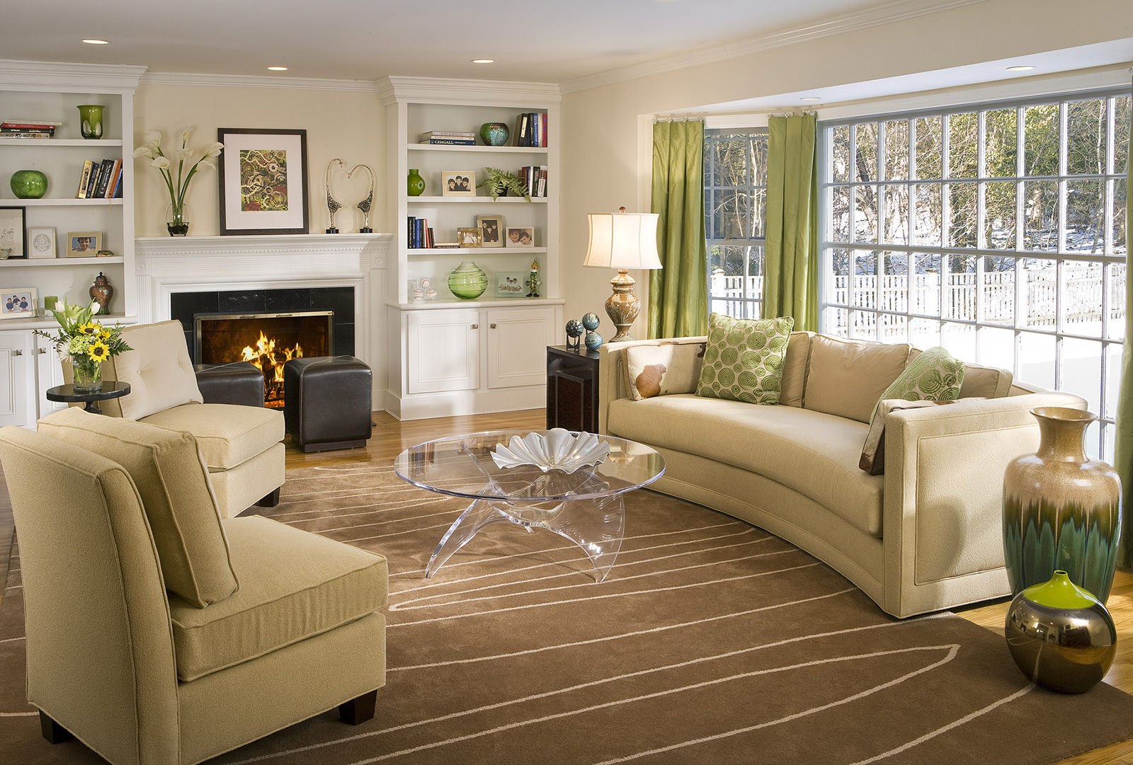 Зеленые акценты в бежевой гостиной в пастельных тонах